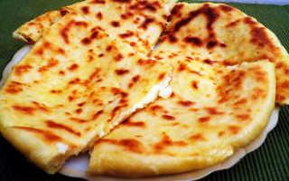 Пирог на сковороде с творогом и сыром