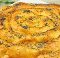Пирог из слоеного теста сосисок и сыра