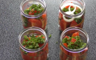 Помидорный салат с луком