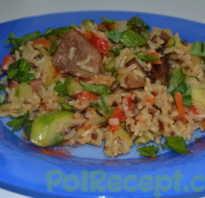 Рис с овощами и мясом на сковороде