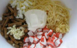 Рецепт салата с крабовыми палочками и кириешками