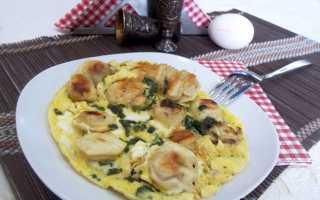 Пельмени жареные на сковороде с яйцом