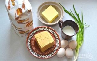 Пирог с зеленым луком сыром и яйцом