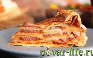 Пицца пирог с колбасой и сыром